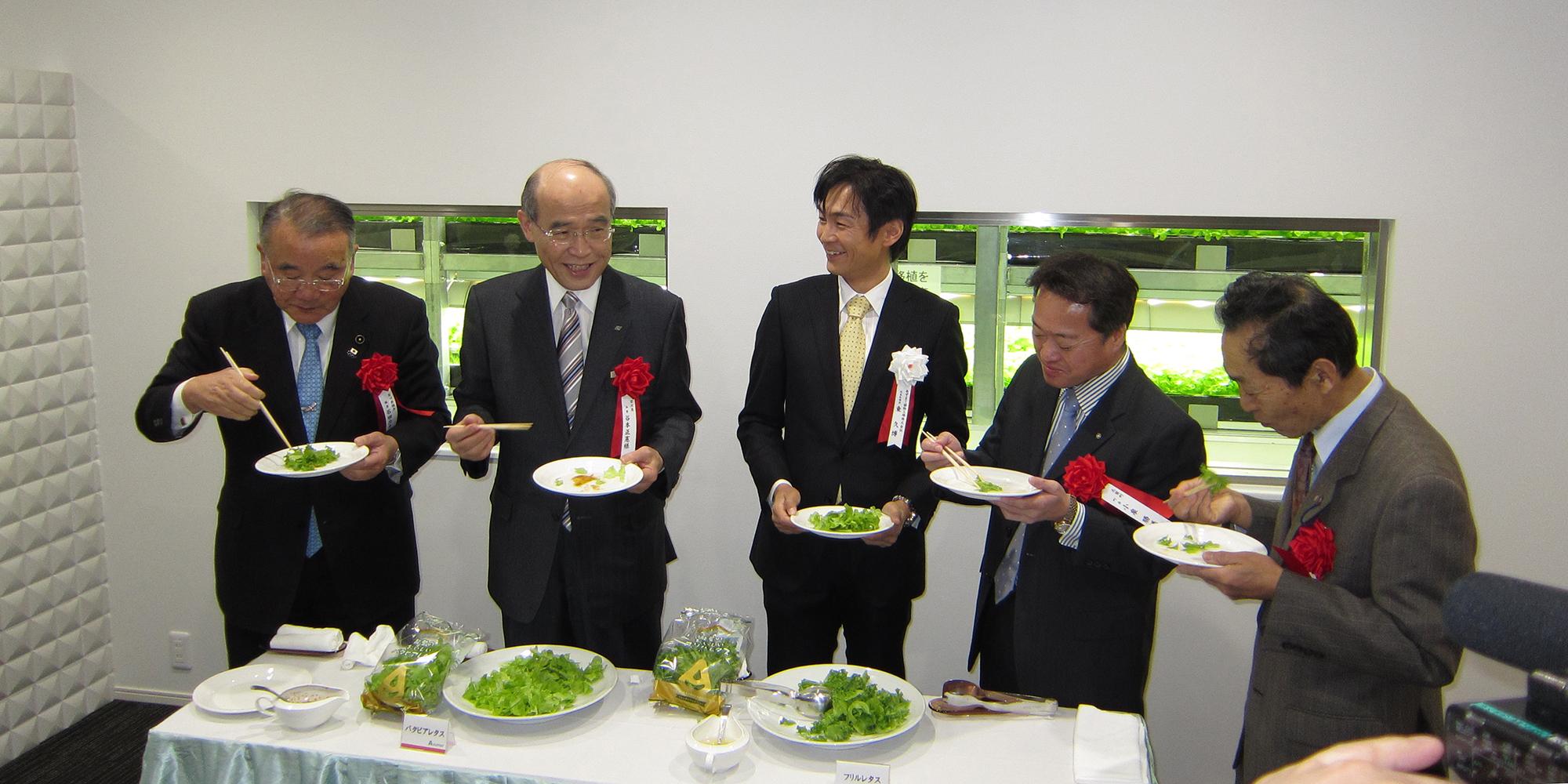 試食を楽しむ谷本知事や小泉町長ら