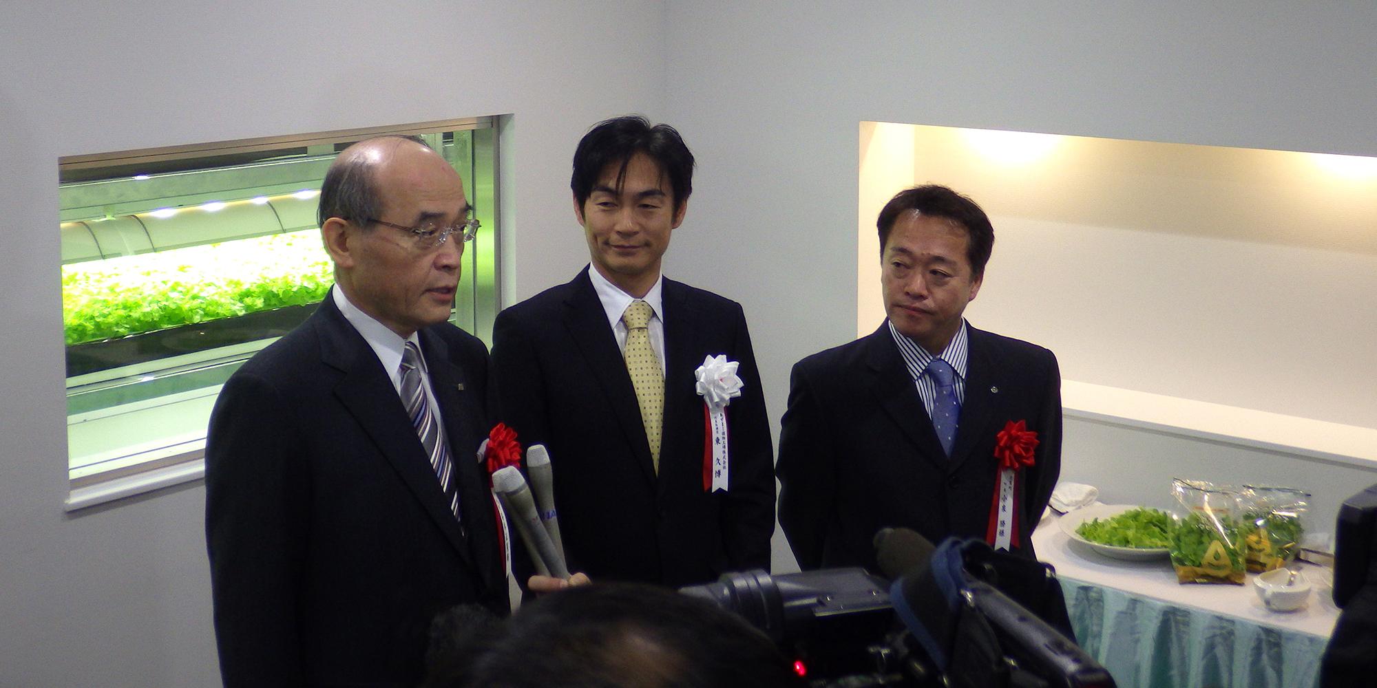 試食後感想を述べる谷本知事(左)と小泉町長(右)